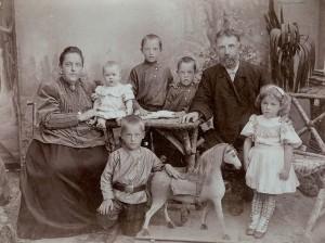 Семья Емельяновых Алексей Васильевич и Елизавета Дмитриевна и их дети Иван, Михаил, Вениамин, Таисия и Варвара Фото 1907