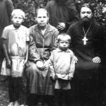 о.Карп священник 1931г. с семьей в Ястребовке